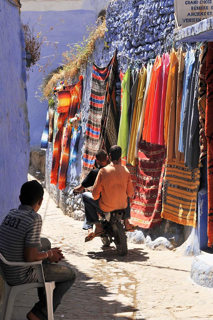 Mota em ruas estreitas de Chefchaouan