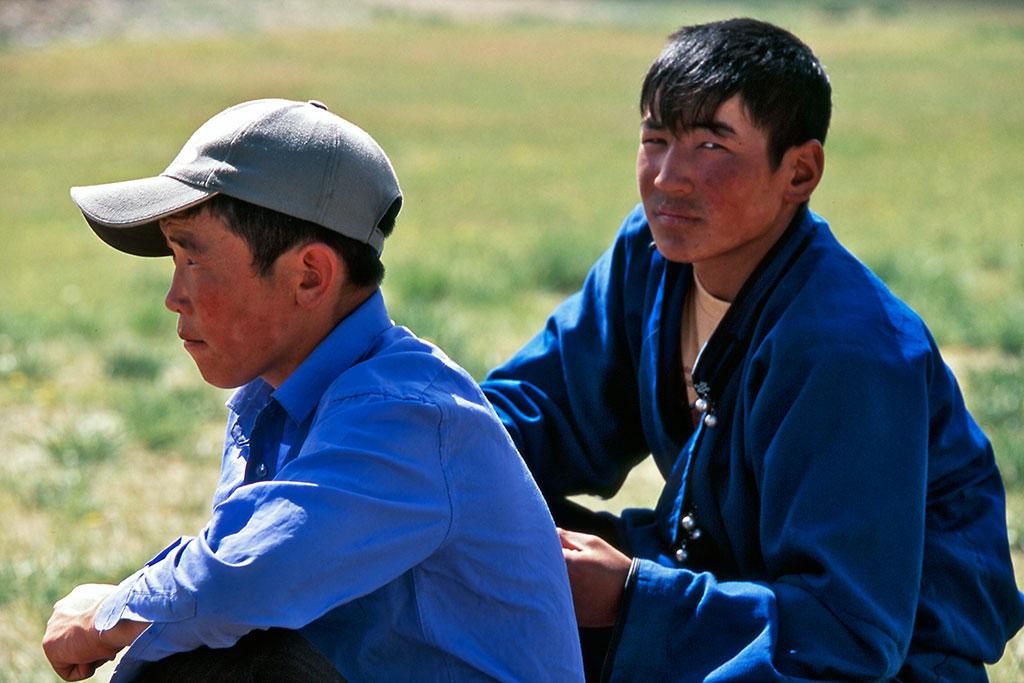 rapazes mongois à espera de transporte