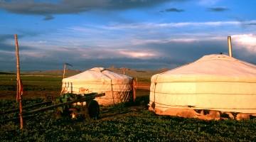 acampamento ger ao pôr-do-sol