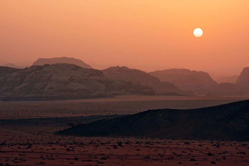 pôr-do-sol no deserto de wadi rum