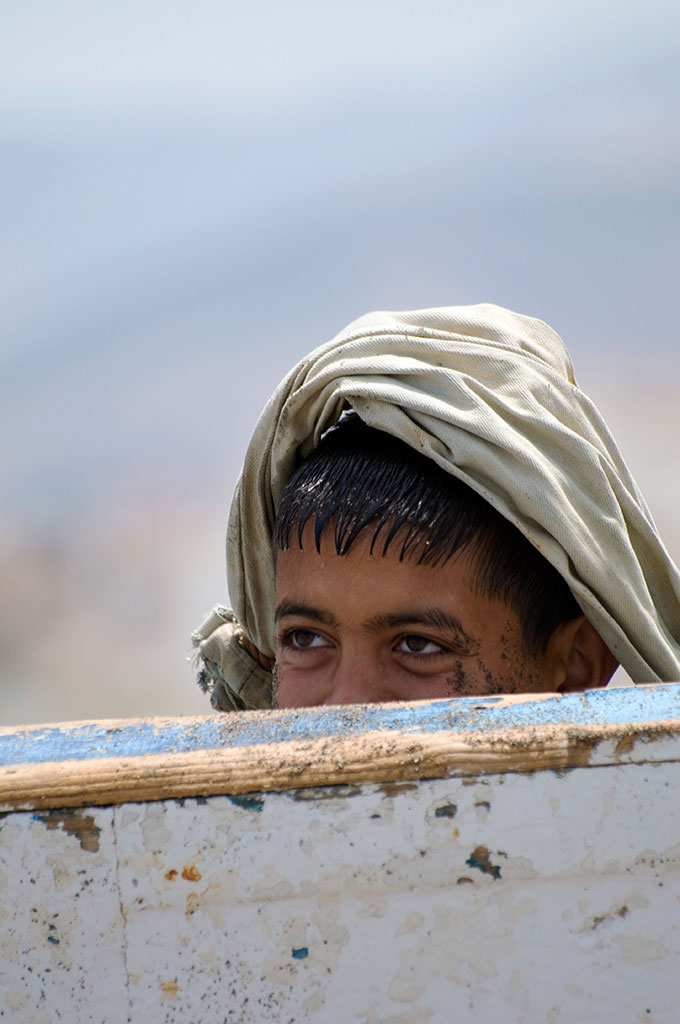 Criança atrás de barco em Tetouan