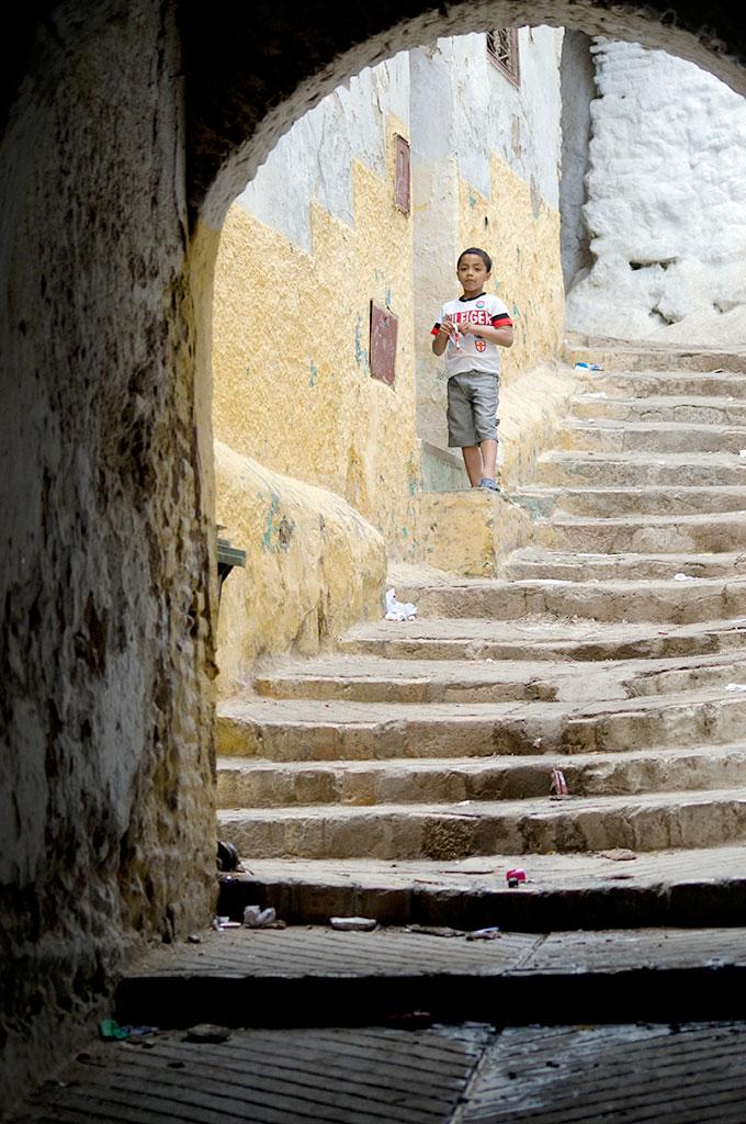 Criança nas escadas da medina de Tetouan