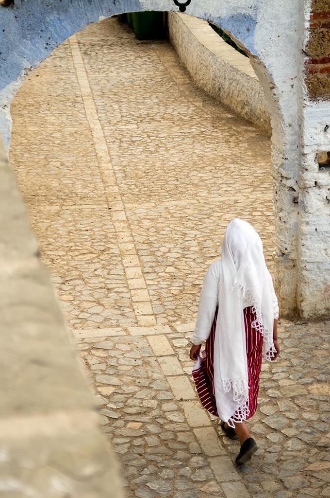 Mulher em rua de Chefchaouan