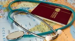 estetoscópio, passaporte e mapa de viagem