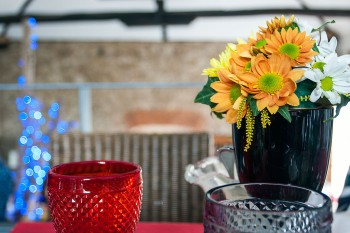 flores e copos sobre mesa do restaurante mãe d'água