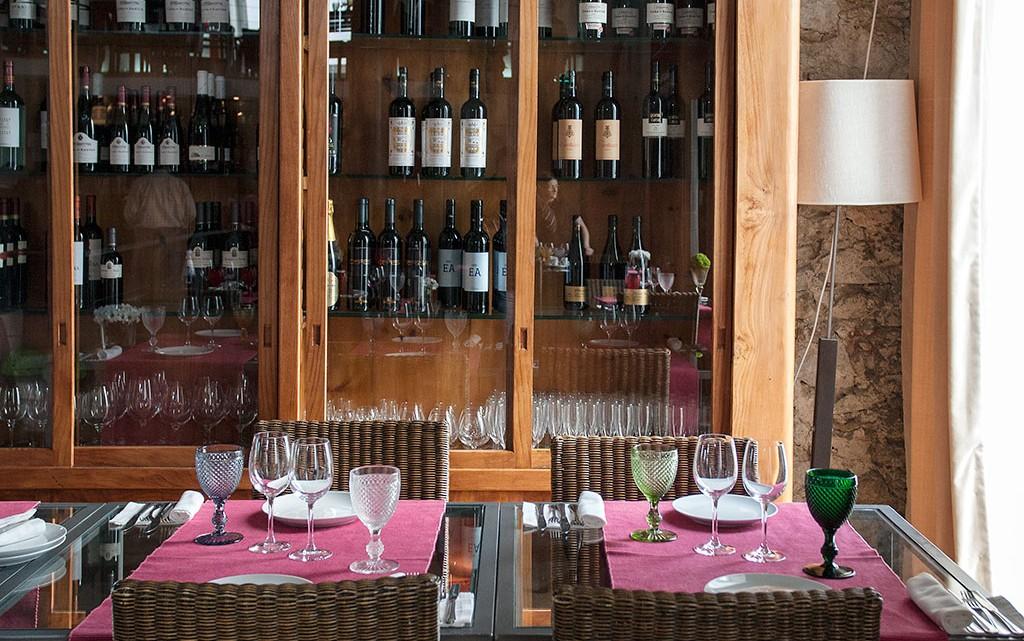 mesas e estante do restaurante mãe d'água