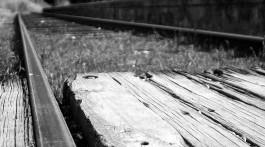 passagem madeira em linha de comboio
