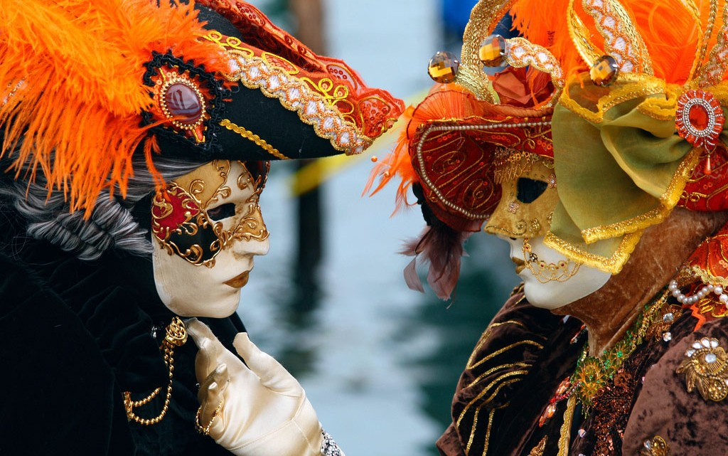 namorados com máscara em veneza