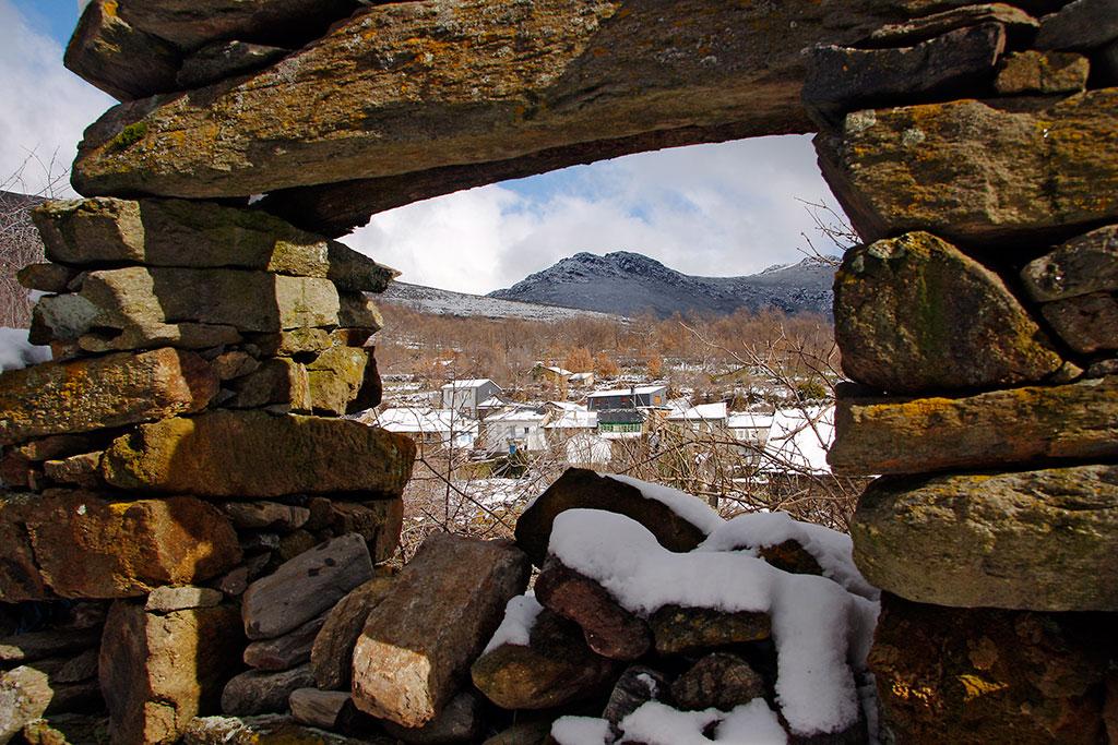 janela de pedra em ruinas