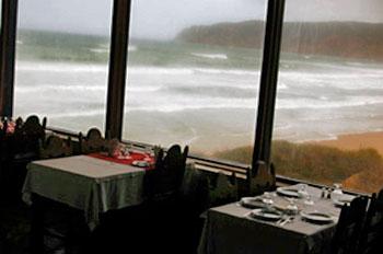 Sala de pequeno-almoço com vista para o mar