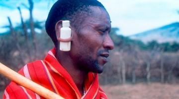 Guerreiro Masai vestido de vermelho com frasco a atravessar a orelha.