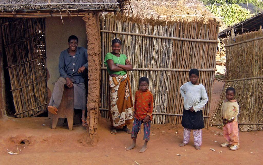Familia moçambicana junto a palhota