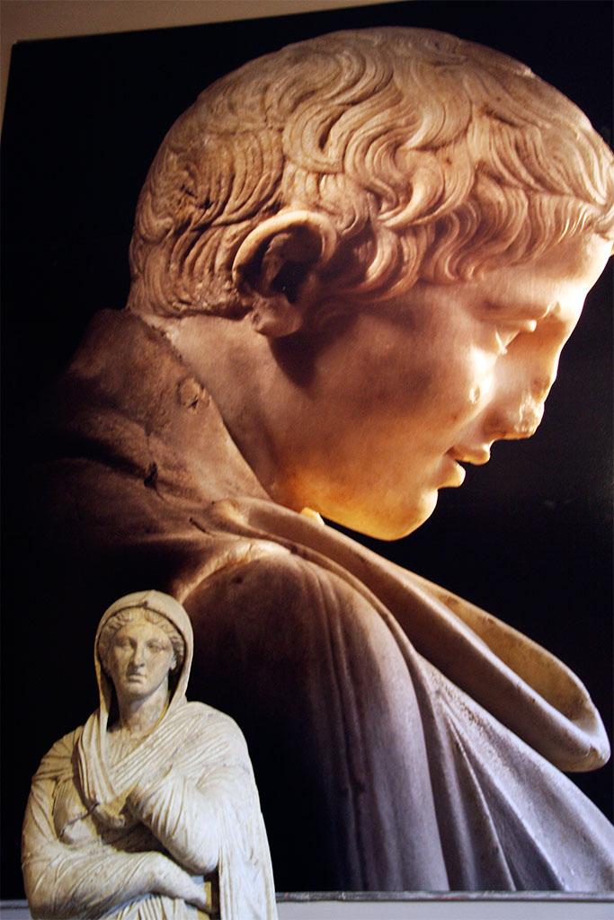 estátuas no museu arqueológico