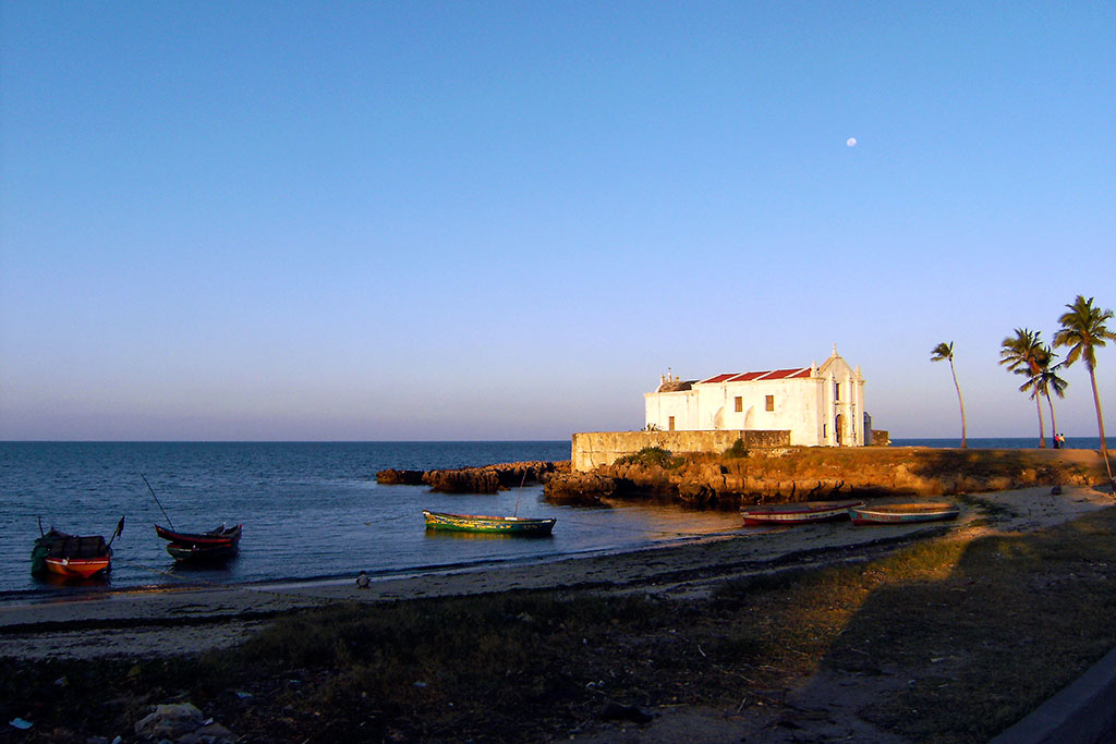 igraja de Sto António ao pôr-do-sol na ilha de Moçambique