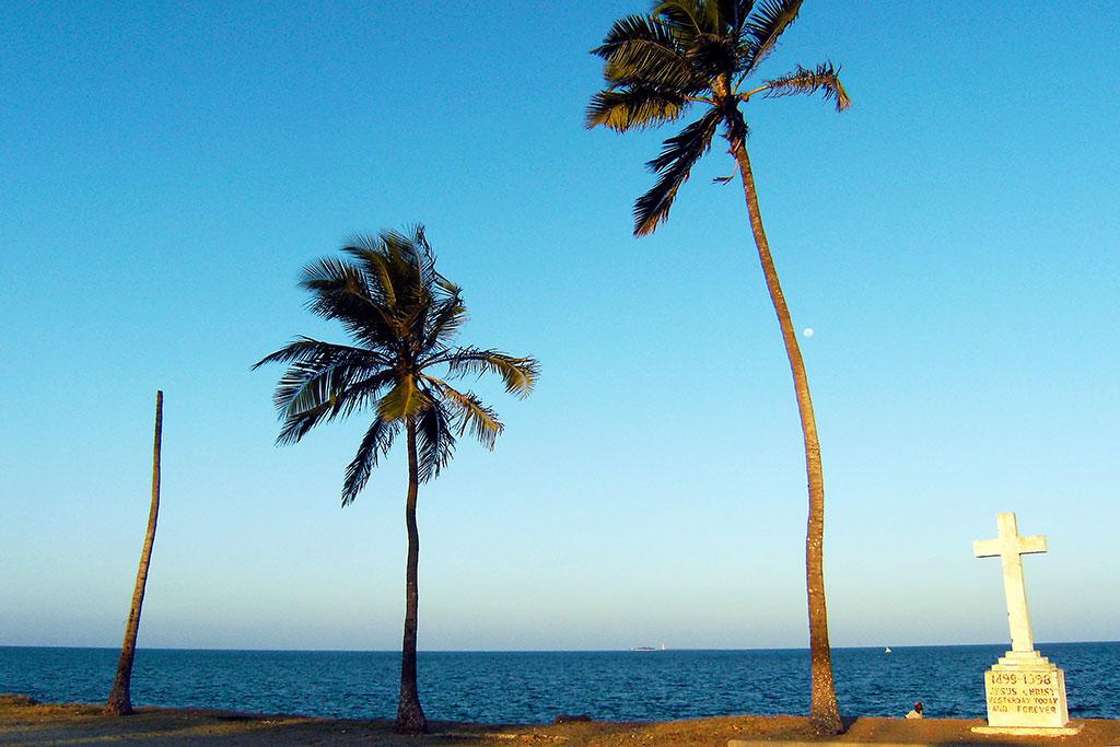 cruzeiro junto ao mar na ilha de moçambique