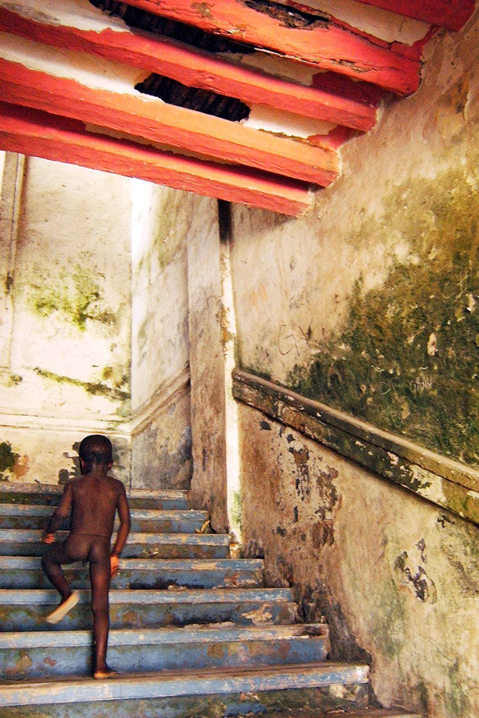 rapaz a subir escada na ilha de moçambique