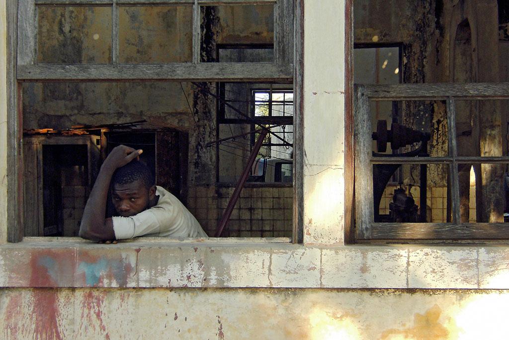 rapaz à janela na ilha de moçambique