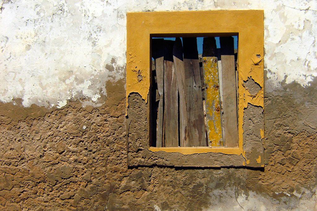 janela de edificio velho na ilha de moçambique