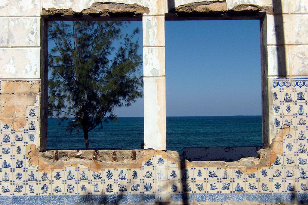 janelas com vista para o mar na ilha de Moçambique