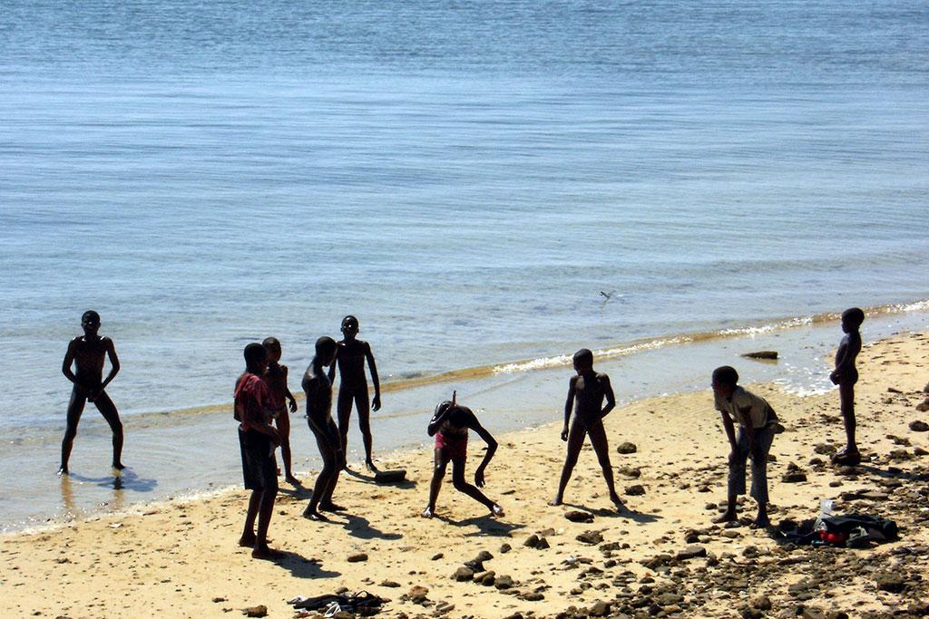 rapazes na praia da ilha de Moçambique