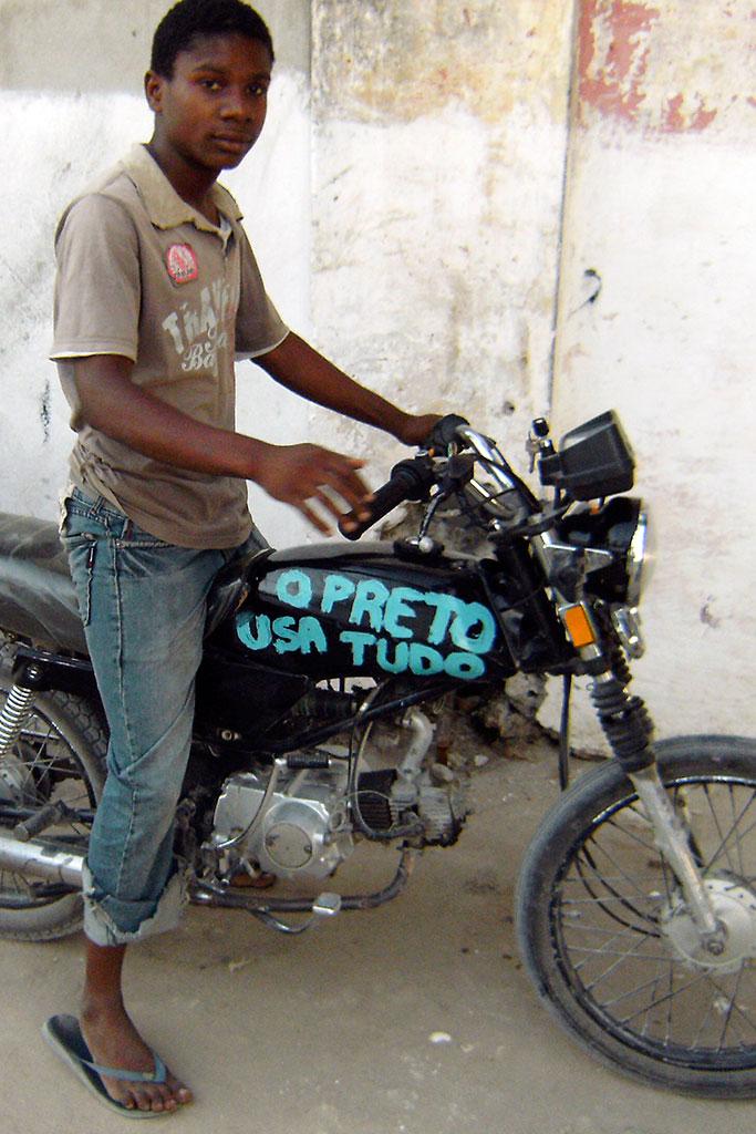 rapaz em moto na ilha de Moçambique
