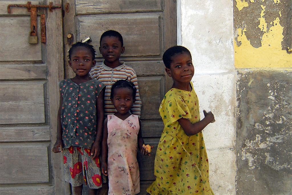 crianças na ilha de Moçambique