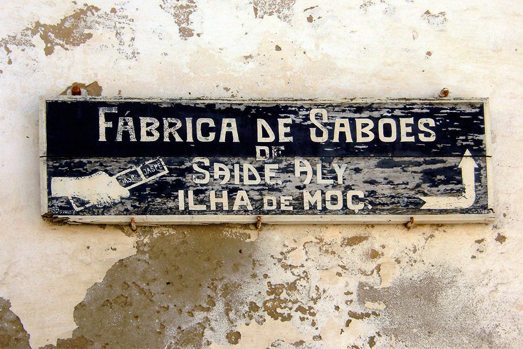 placa da antiga fábrica de sabões na ilha de mocambique