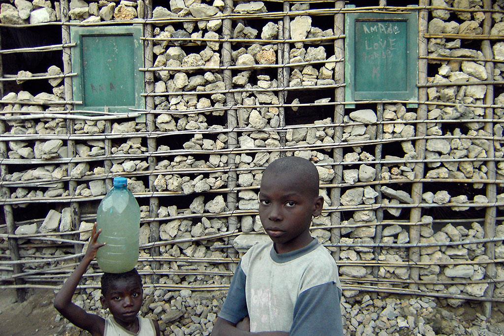criança junto a casa em macuti