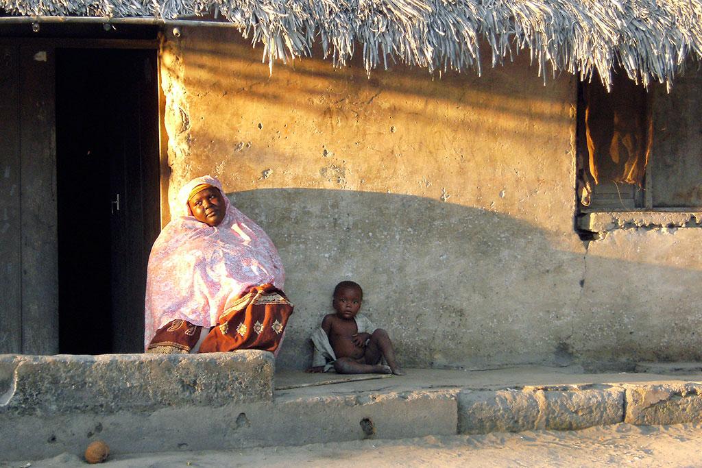 mulher entrada de casa na ilha moçambique