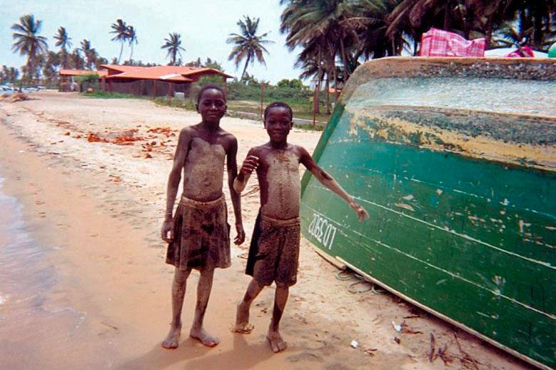 Crianças na Praia do Mussulo