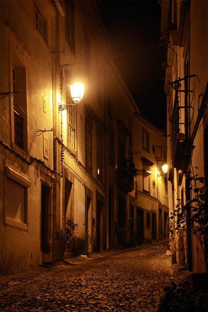 rua do centro histórico de Castelo de Vide à noite