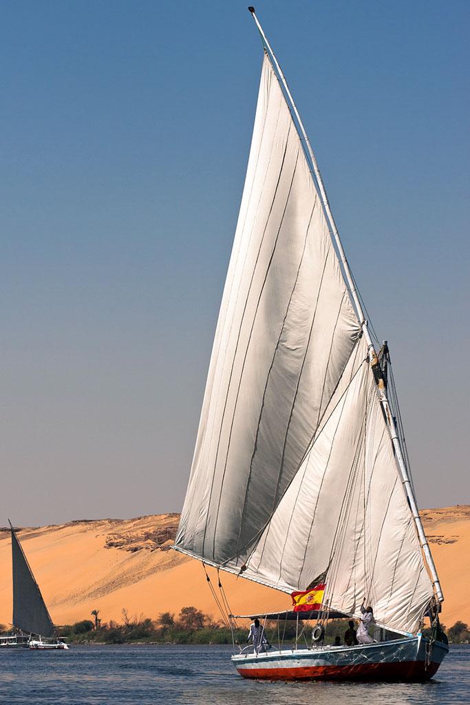 faluca no nilo junto a dunas