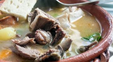 tacho de barro com sopa da panela de pombo bravo