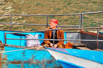 barqueiro no lago Koman