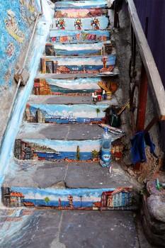Escadas de prédio utilizadas para expressão artística