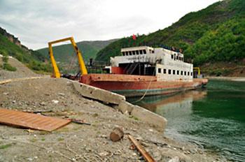 ferry no lago Koman na Albânia