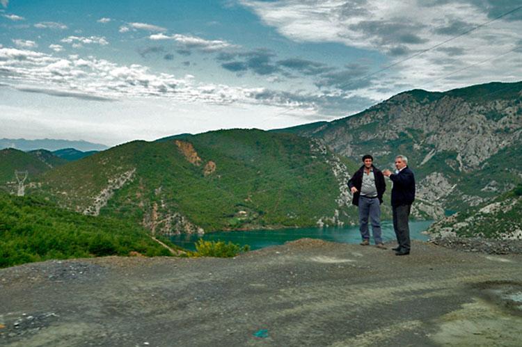 homens junto à estrada, no lago Koman