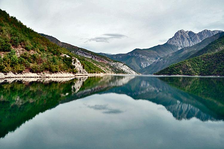 lago Koman na Albânia