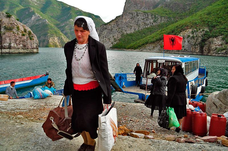 mulher deixa barco em Koman