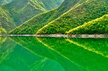 verde profundo do lago Koman