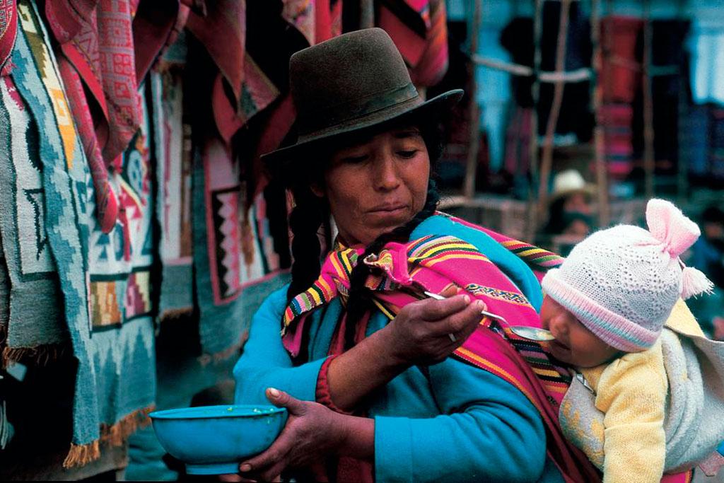 mulher com trage boliviano e criança