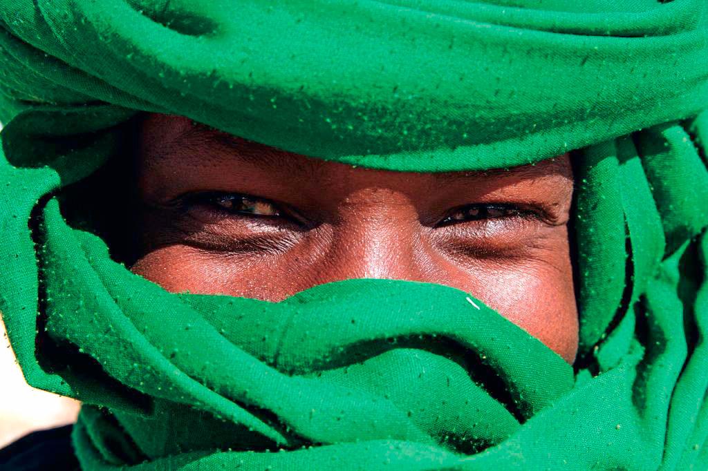 homem sorridente com turbante