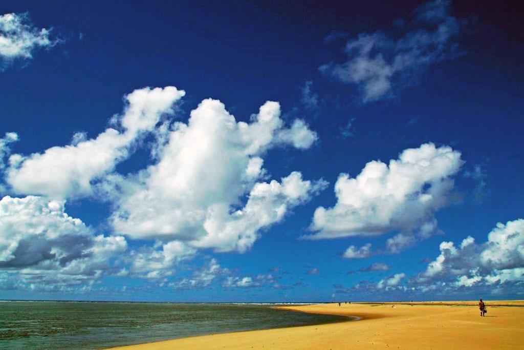 praia deserta e céu azul