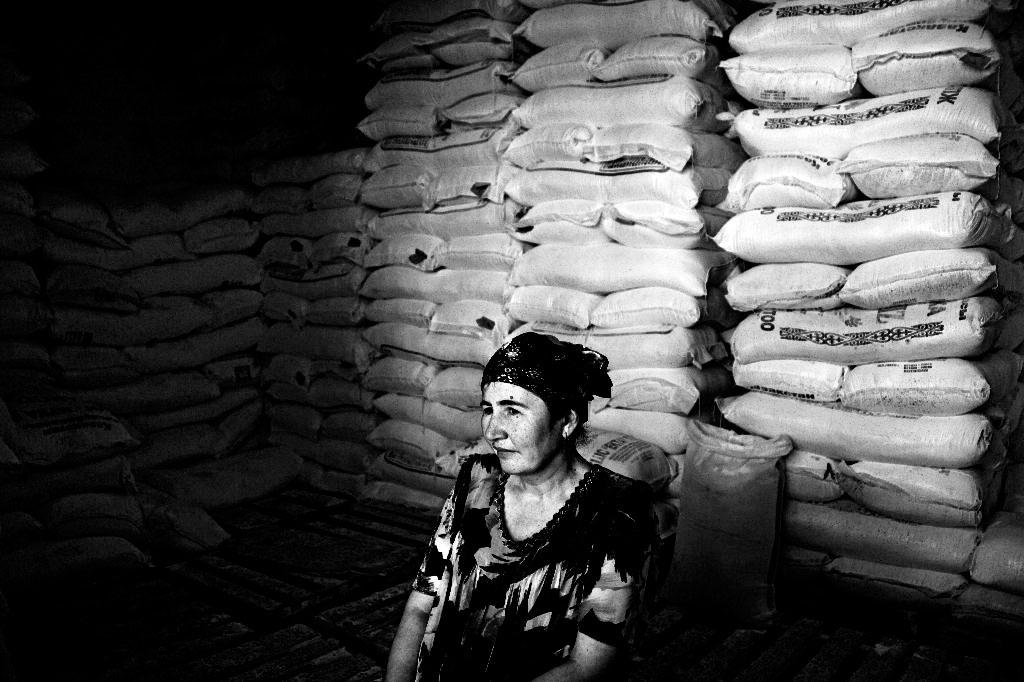 mulher junto a sacos de cereais