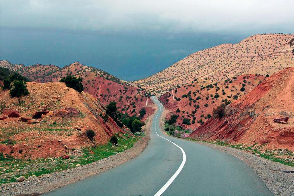 estrada entre montes