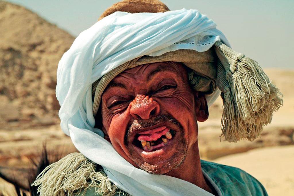 homem com turbante e sem dentes
