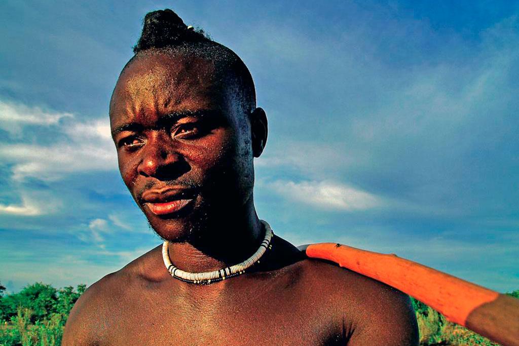 homem himba na Namíbia