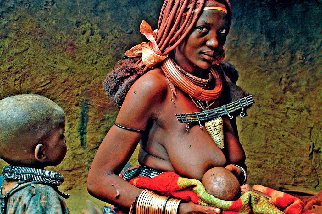 mulher himba a aleitar filho