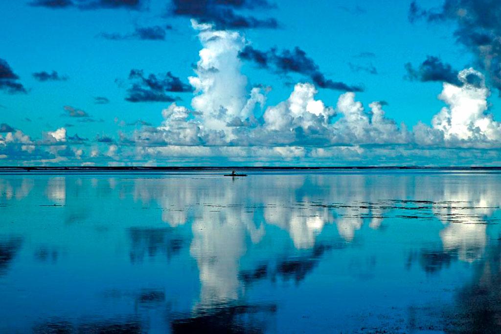 céu espelhado na água