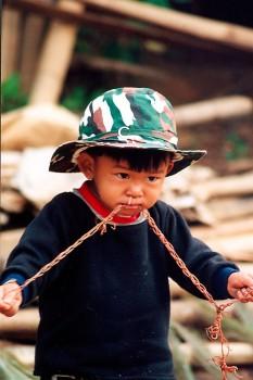criança tailandesa